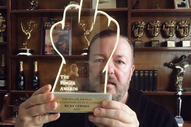האיש והאצבע. ריקי ג'רוויס בנאום קבלת פרס הפינגר (צילום מסך: The Finger Awards)