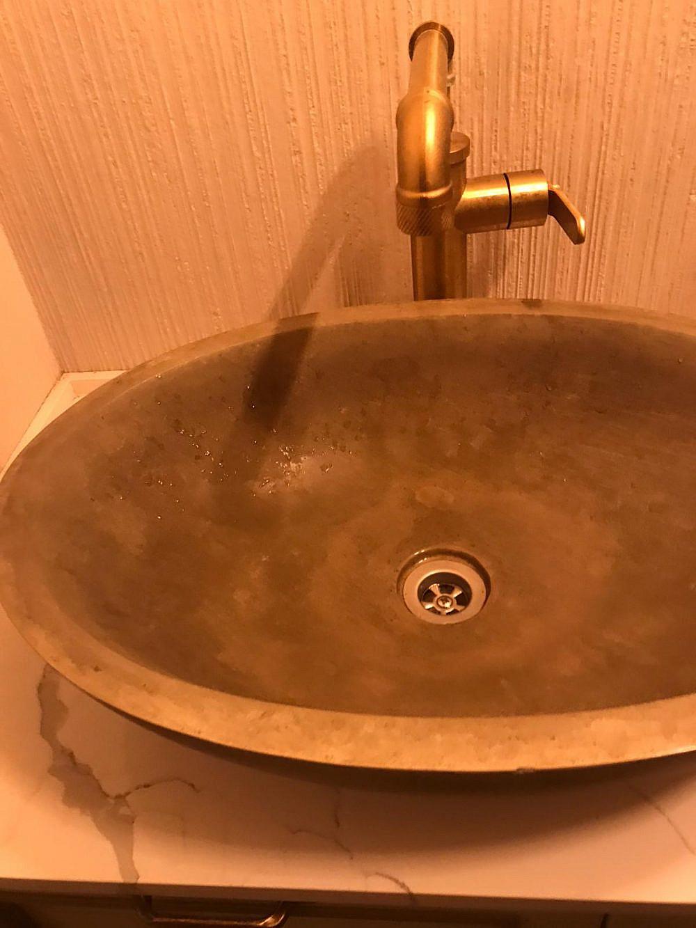 מוגזם, אבל לפחות נקי. כיור מוזהב בשירותים של גולדה (צילום: תמר לסקר)