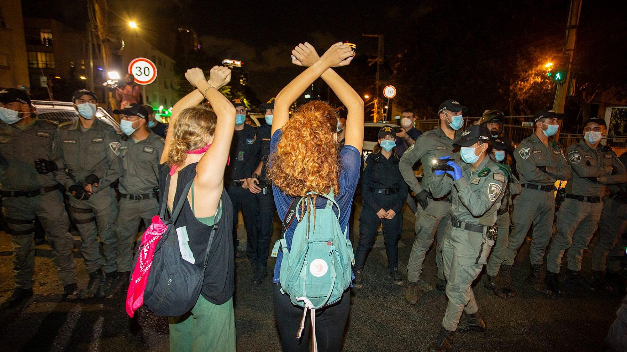 בדרך למהפכה עוצרים אותנו. שוטרים נגד אזרחים בהפגנה בתל אביב (צילום: שאטרסטוק)