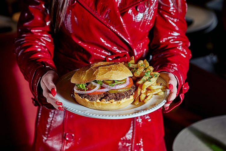 סקסי מאדרפאקר. המבורגר בנחמה וחצי (צילום: אפיק גבאי)
