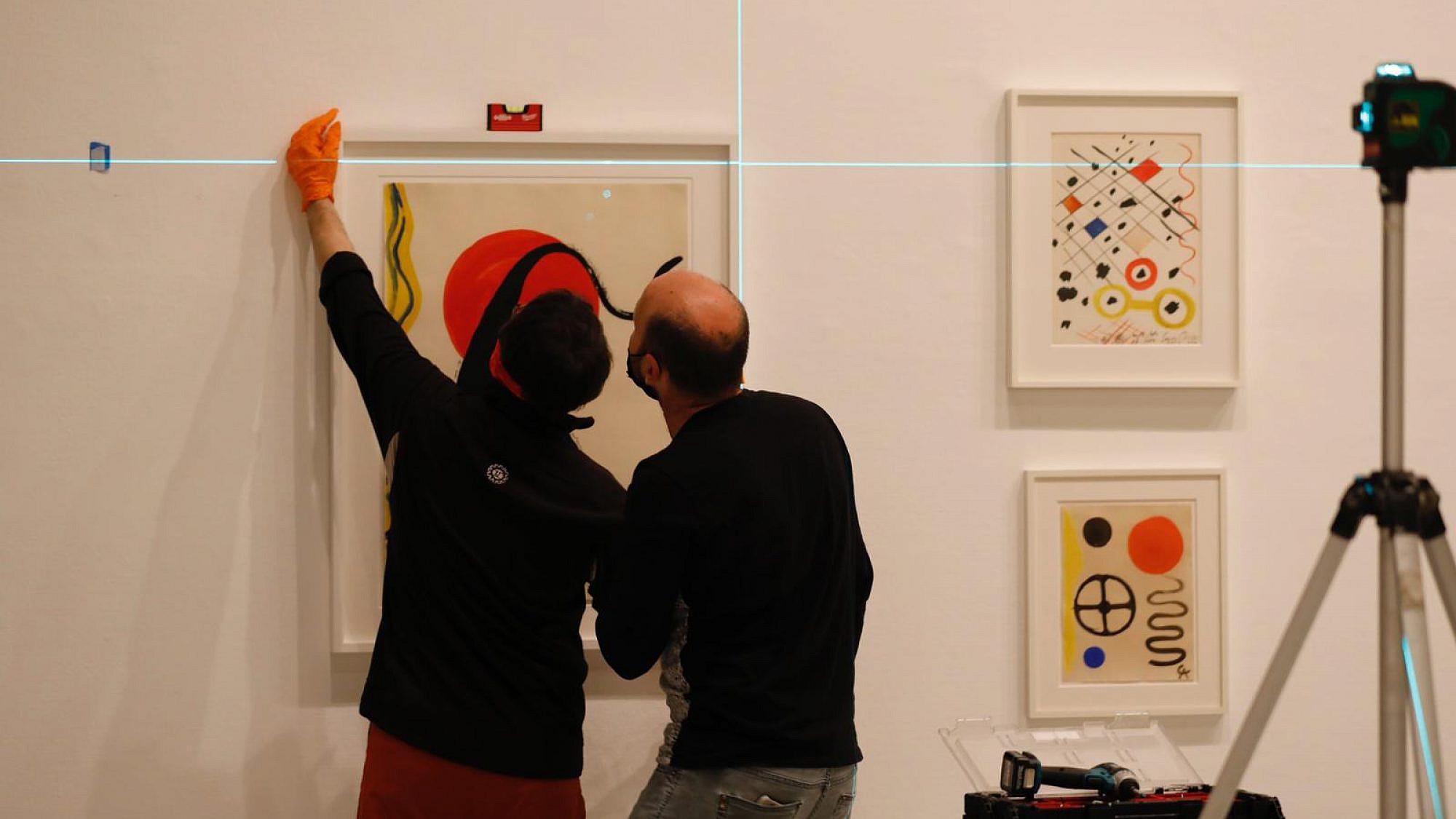 """תליית התערוכה החדשה """"שמש גדולה צהובה. מוזיאון תל אביב (צילום: גיא יחיאלי)"""