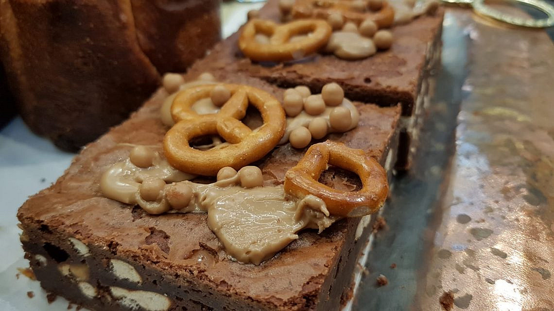 בראוניז קרם שוקולד לבן ובייגלה בפופ אנד פופ בייקרי