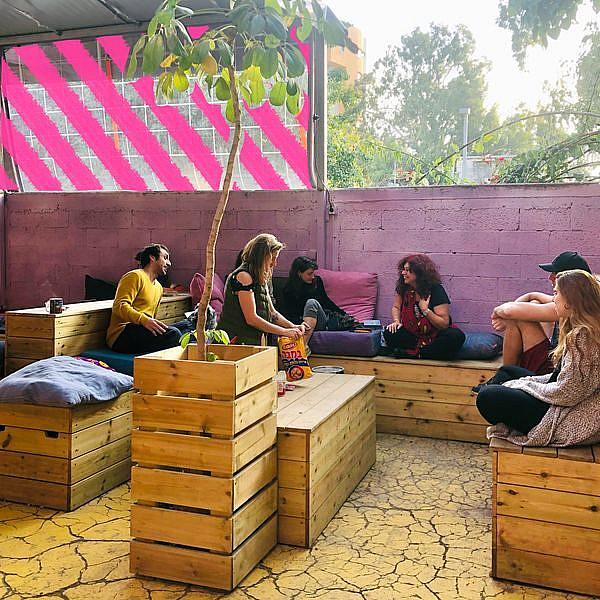 מקום מפגש לכל מי שעושה תרבות. החצר של Collabo (צילום: עמוד הפייסבוק Collabo)