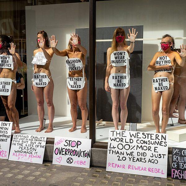 קיימות או נמות. מפגינים בלונדון נגד רשתות האופנה המהירה (צילום: פיטר דנץ'\גטי אימג'ס)