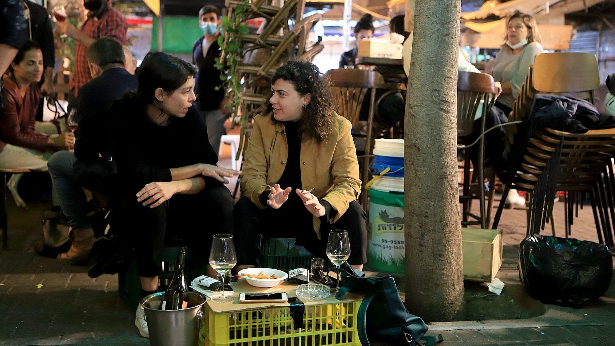 פתרונות הזויים למדיניות הזויה. מסעדה בתל אביב, ינואר 2021 (צילום: דיוויד סילברמן\גטי אימג'ס)
