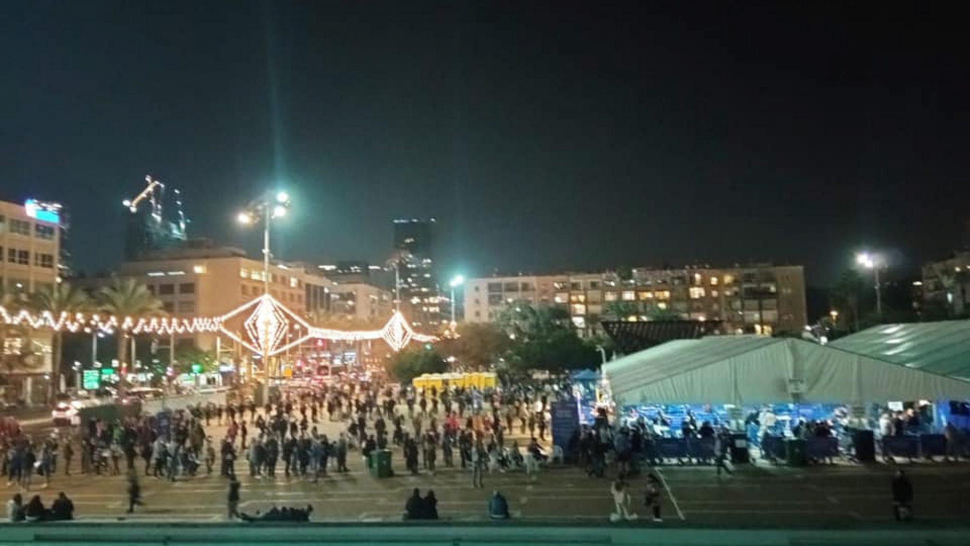 מה שהממשלה הייתה צריכה לעשות. עובדי הוראה בתור לחיסון אמש בכיכר רבין (צילום מתוך עמוד הפייסבוק של סגנית ראש העיר, ציפי ברנד)
