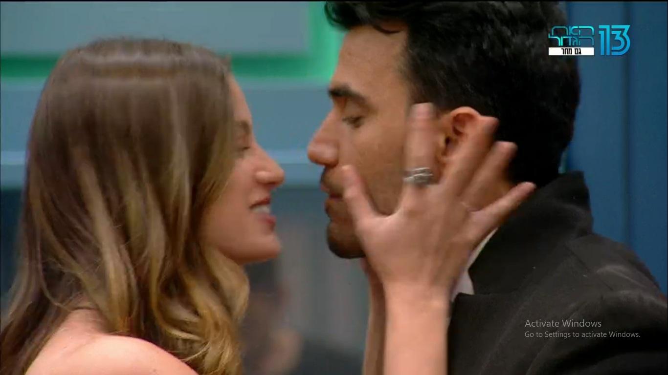 """קללת הזוגות מכה שנית. תום וגל נפרדים בנשיקה, """"האח הגדול"""" (צילום מסך: רשת 13)"""