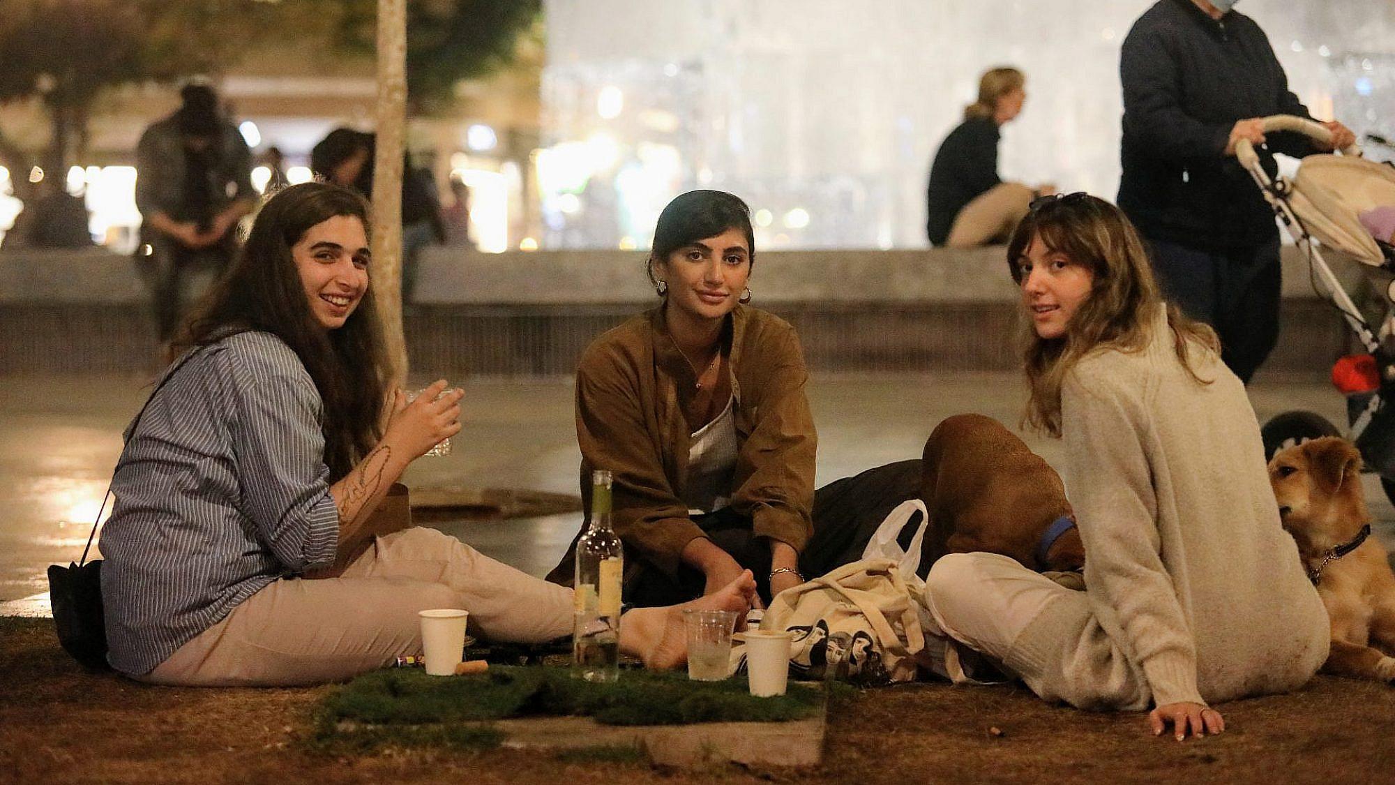 בילוי בימי קורונה. היום בכיכר. צילום: שלומי יוסף