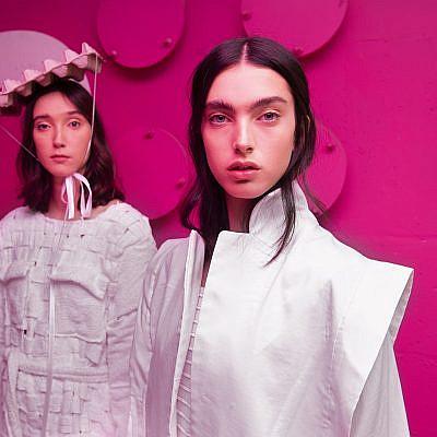 מי שלא שם לא קיים. דגמים של רוני עוצמי, המחלקה לעיצוב אופנה שנקר (צילום: עידו לביא)