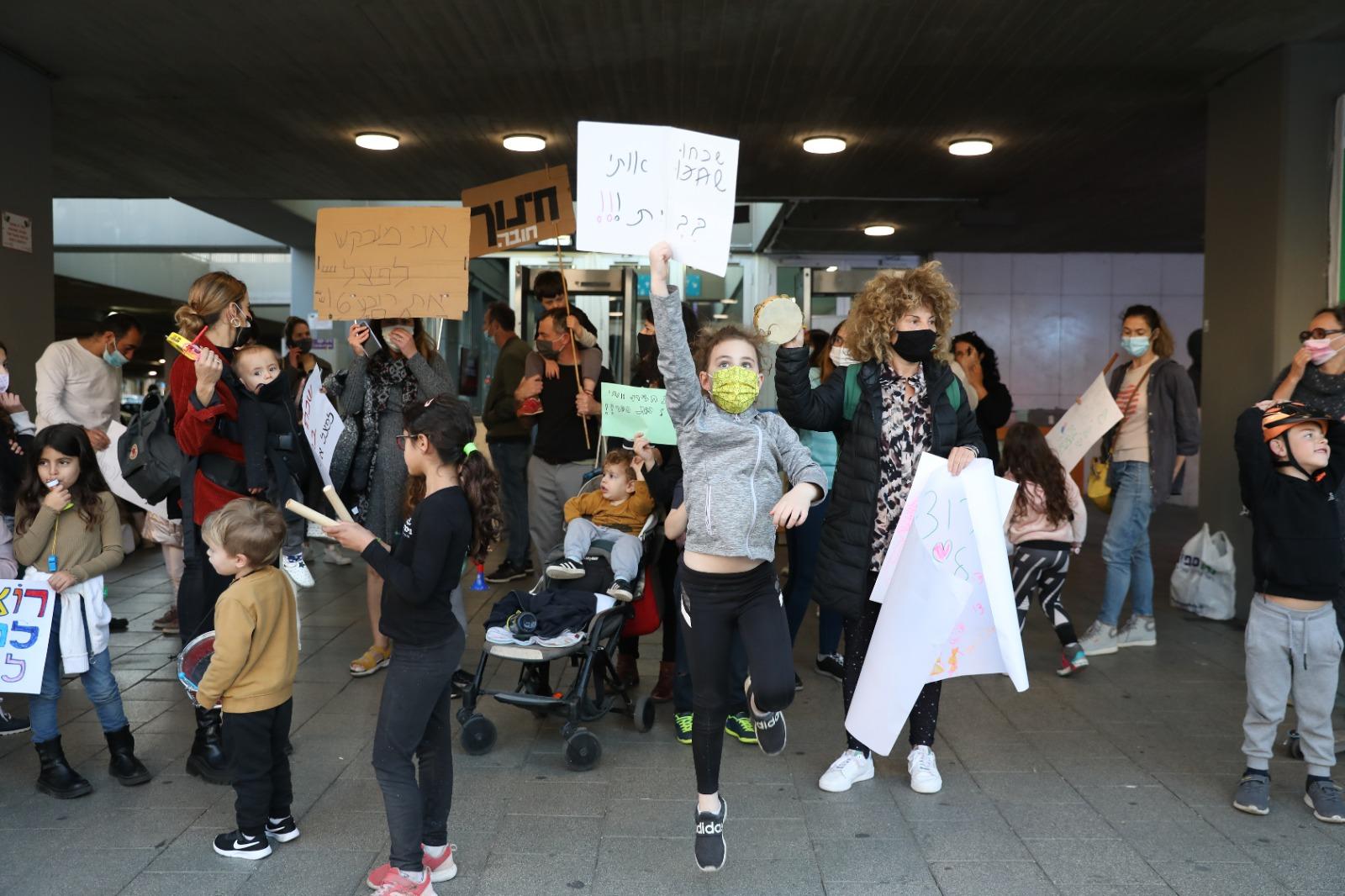 הילדים וההורים מפגינים, השבוע מחוץ לבניין העירייה (צילום: דין אהרוני רולנד)