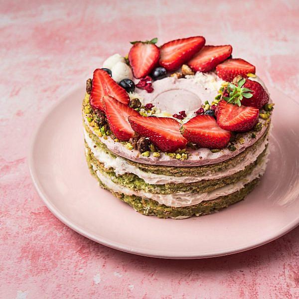 מלכת החג: עוגת פיסטוק ותות שדה (צילום: יעל יצחקי)