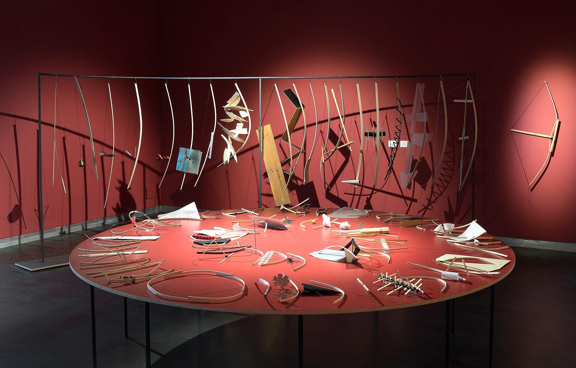 """הפתעות וריגושים בחדר האוסף החשוך. """"קופסה שחורה"""", מוזיאון העיצוב חולון (צילום: אלעד סריג)"""