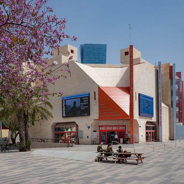 לצפות בסרט בתוך אולם עם עוד אנשים? איזה רעיון משונה. סינמטק תל אביב (צילום: בוריס-בי\שאטרסטוק)