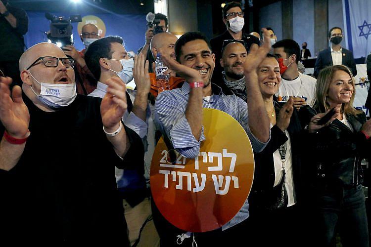 פעילי יש עתיד חוגגים, אתמול בתל אביב. צילום: גטי