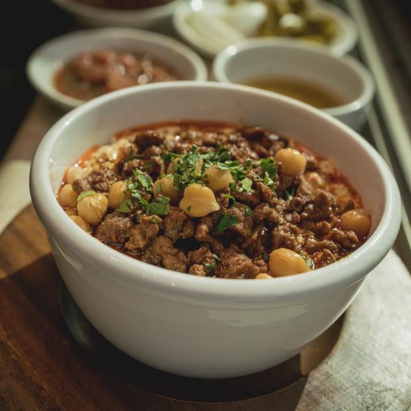 כל יום הוא יום טוב לאכול בו פאטה. ממטעמי החג ברחוב יפת (צילום: אילן ספירא)