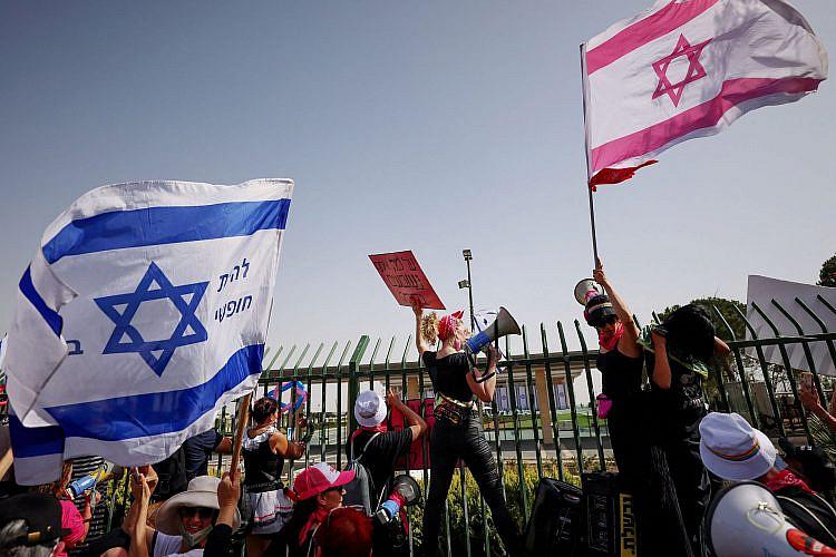 נמצא דרכים חדשות ויצירתיות לתחזק את המחאה. הוורודות בהפגנת השבעת הכנסת (צילום: עמנואל דונאנד\גטי אימג'ס\AFP)