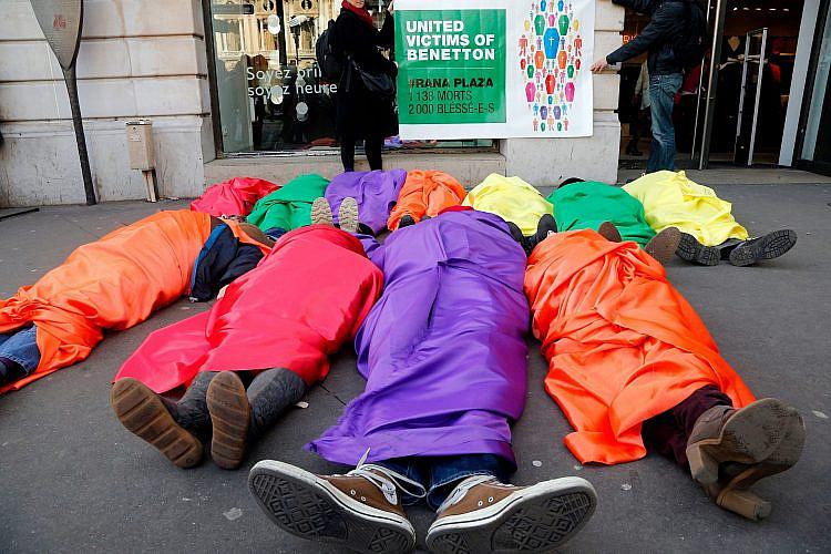 """תעשיית האופנה הורגת את כולנו. הפגנה בפריז נגד בנטון בעקבות אסון """"רנה פלאזה"""" (צילום: פרנסואה גיו\AFP\גטי אימג'ס)"""