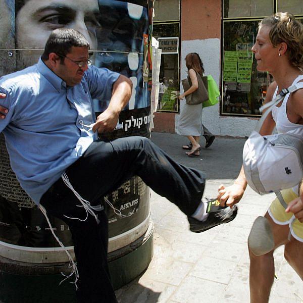 אילוסטרציה: איתמר בן גביר מנסה לבצע טיפול המרה בטרנסית, מצעד הגאווה 2008 בתל אביב (צילום: ג'ק גואז\גטי אימג'ס)