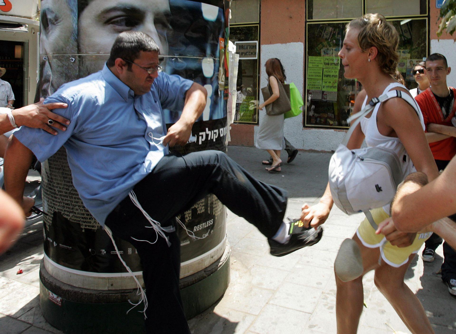 בואו לא נשכח מול מה אנחנו עומדים. איתמר בן גביר בועט בטרנסית, מצעד הגאווה 2008 בתל אביב (צילום: ג'ק גואז\גטי אימג'ס)