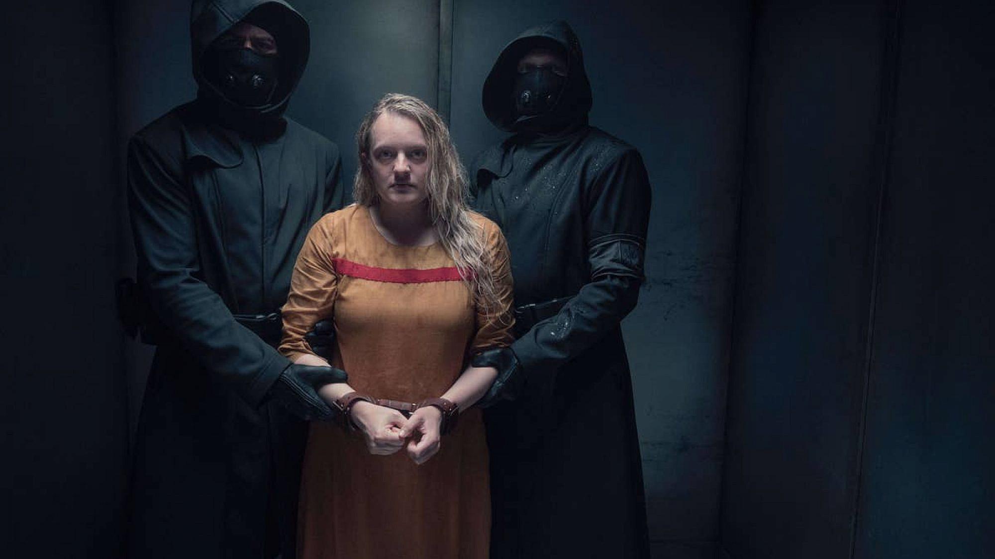 """מיתולוגיזציה שכבר קצת קשה להכיל. אליזבת מוס ב""""סיפורה של שפחה 4"""" (צילום: Hulu)"""