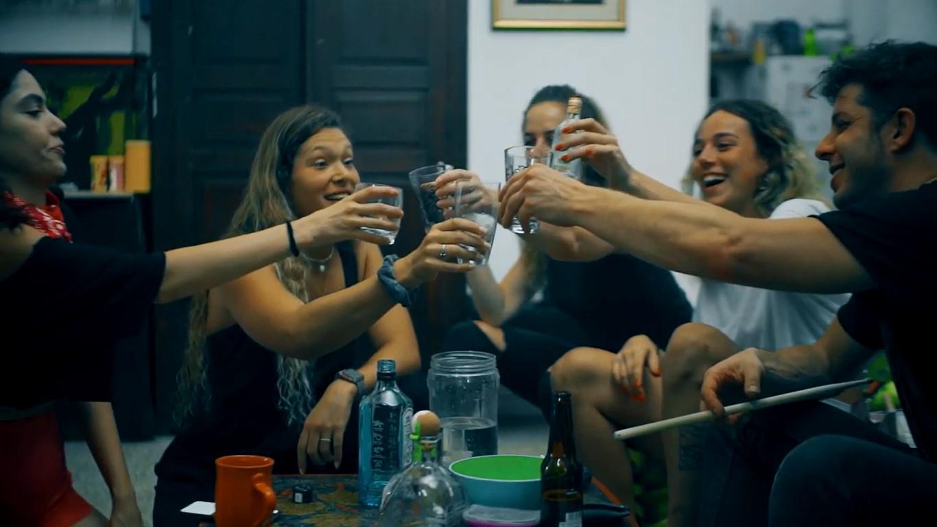 """פייסבוק לא אוהב טבק. מתוך הקליפ של """"היינו מסטולים"""" (צילום: אסף שפיר)"""