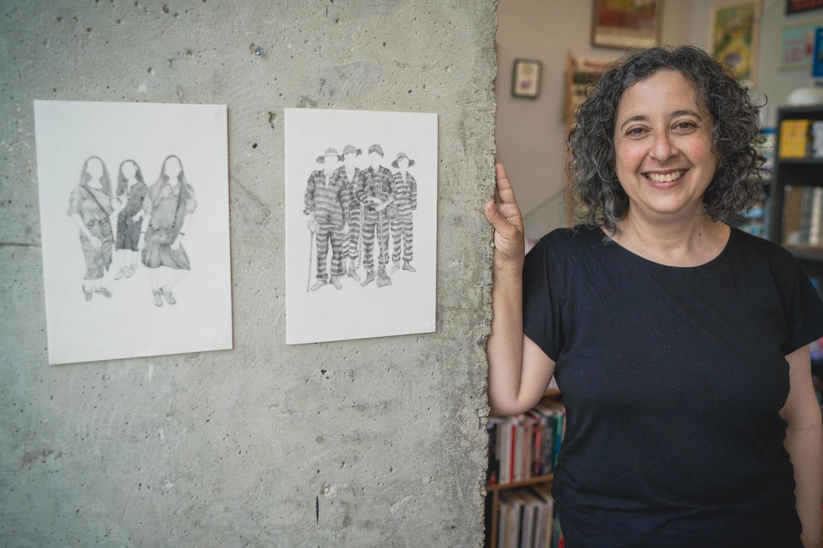 מזג אוויר אביבי, קהילה וקולטורה. רונה יצחקי, בעלת הבית של חנות הספרים מגדלור עם קצת אמנות (צילום: אילן ספירא)