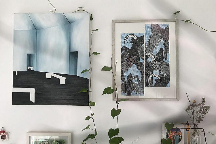 מימין פרינט של ניצן מינץ ודדה משמאל ציור של טל גולני. כל הצילומים של רעות ברנע, מתוך האוסף הפרטי