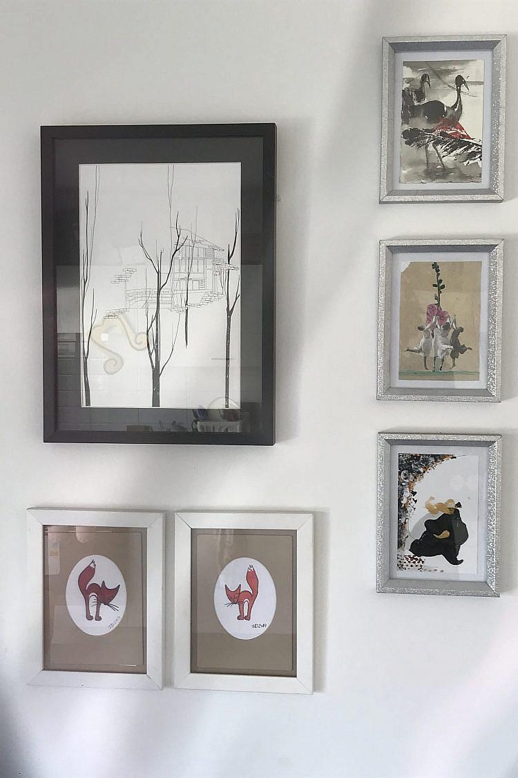מורן קליגר (מסגרת שחורה), שלוש גלויות מפרויקט הגלויה הסודית ביריד צבע טרי ושתי עבודות של אמנית הרחוב אימג'נרי דאק (הברווז הדימיוני)
