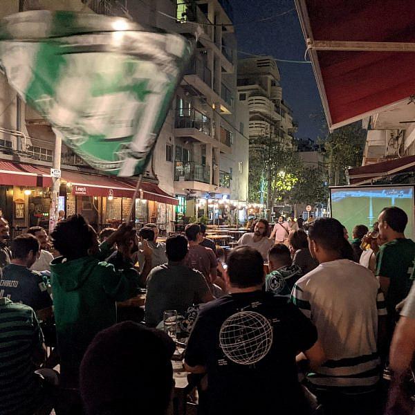 אוהדי מכבי חיפה בפלורנטין, אתמול. צילום: אורון לוי