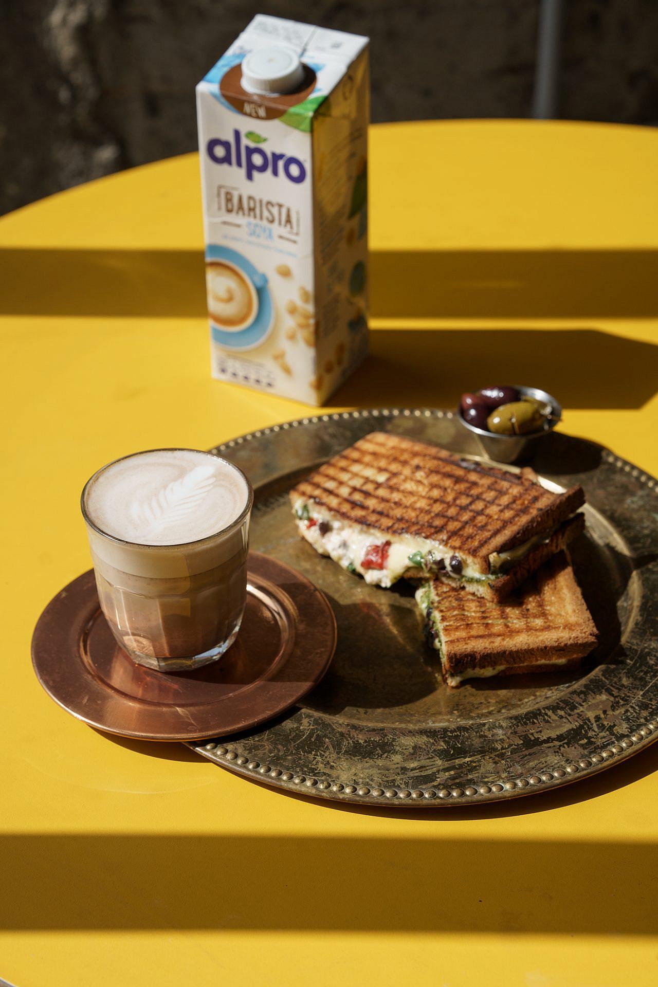 טוסט עכשיו עם קפה תודה. צילום: אנטולי מיכאלו