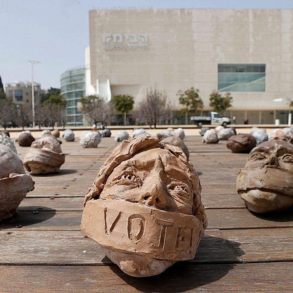 סתימת פיות? תלוי על איזה פיות מדברים. מייצג לעידוד הצבעה בכיכר הבימה, מרץ 2021 (צילום: ז'ק גואז\AFP\גטי אימג'ס)
