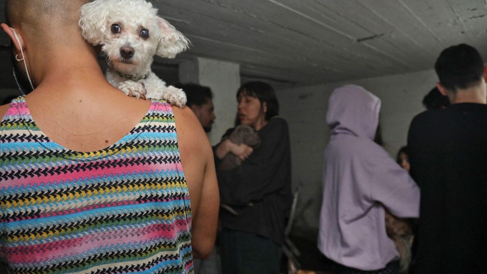 תל אביבים מצטופפים במקלט, אמש. צילום:  Gideon MARKOWICZ / AFP