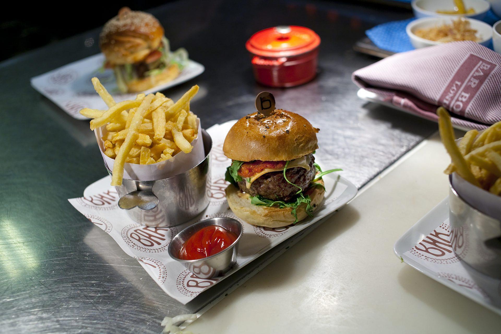 ההמבורגר של דניאל בולו ב-DB ביסטרו מודרן הניו יורקית (צילום: סטן הונדה\AFP\גטי אימג'ס)