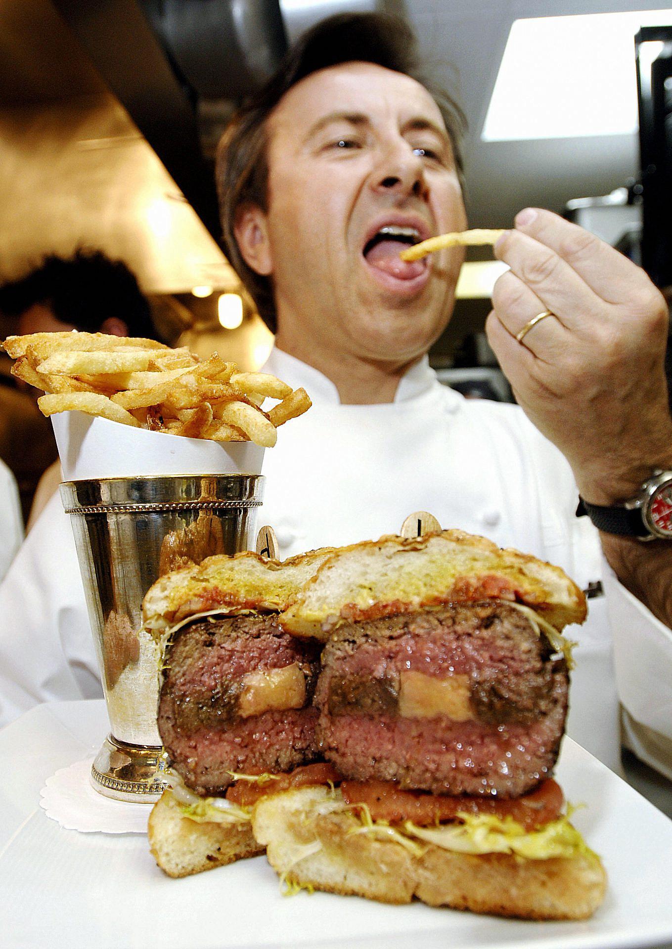 שף דניאל בולו וההמבורגר שלו ב-DB ביסטרו מודרן הניו יורקית, 2006 (צילום: סטן הונדה\AFP\גטי אימג'ס)