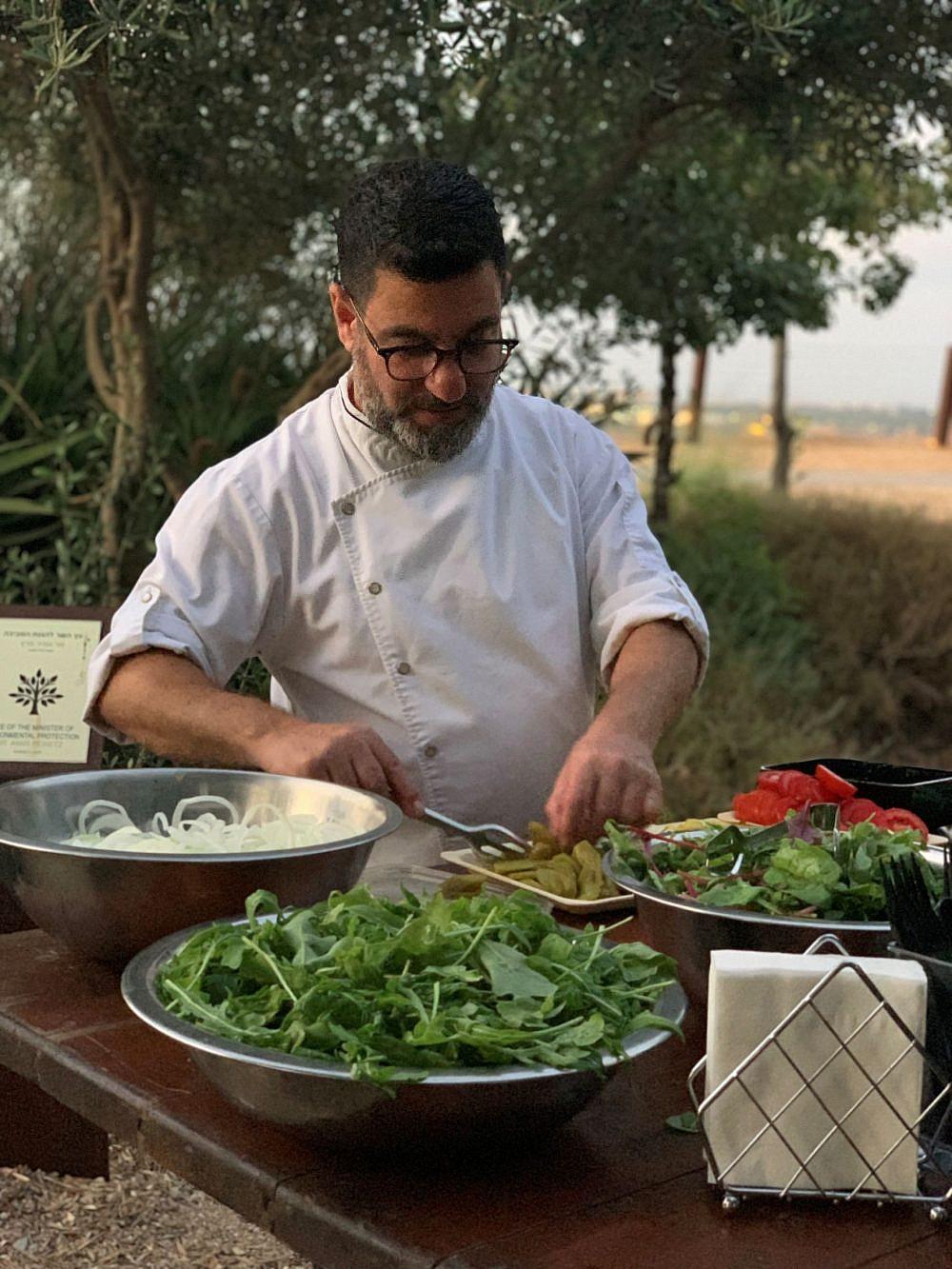 שף תומר אגאי (צילום: יולי איז'ק – מחשבות שהיולי)