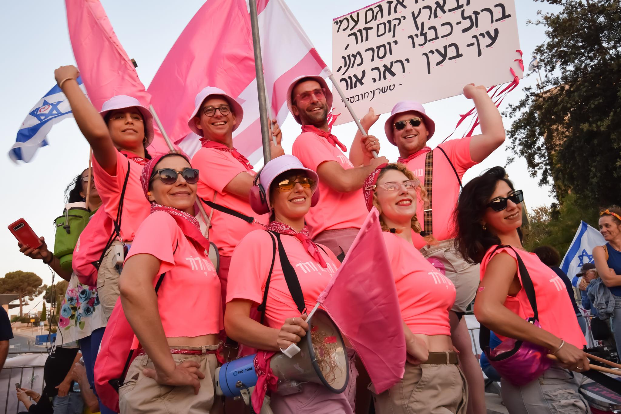 החזית הוורודה נערכת להשבעת הממשלה בכנסת (צילום: גלעד בשן)