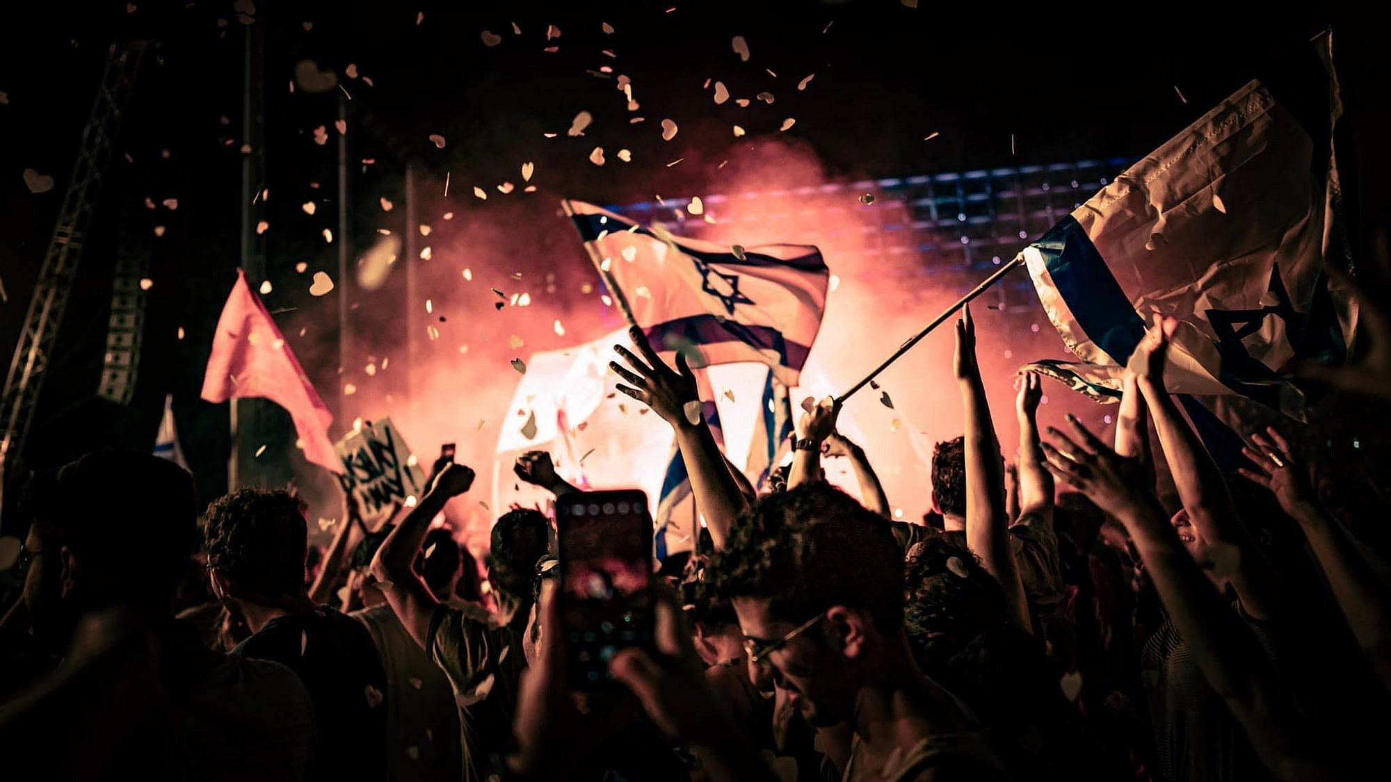 הר הגעש בוורוד התפרץ. חגיגות הניצחון בכיכר רבין (צילום: עידו רז)