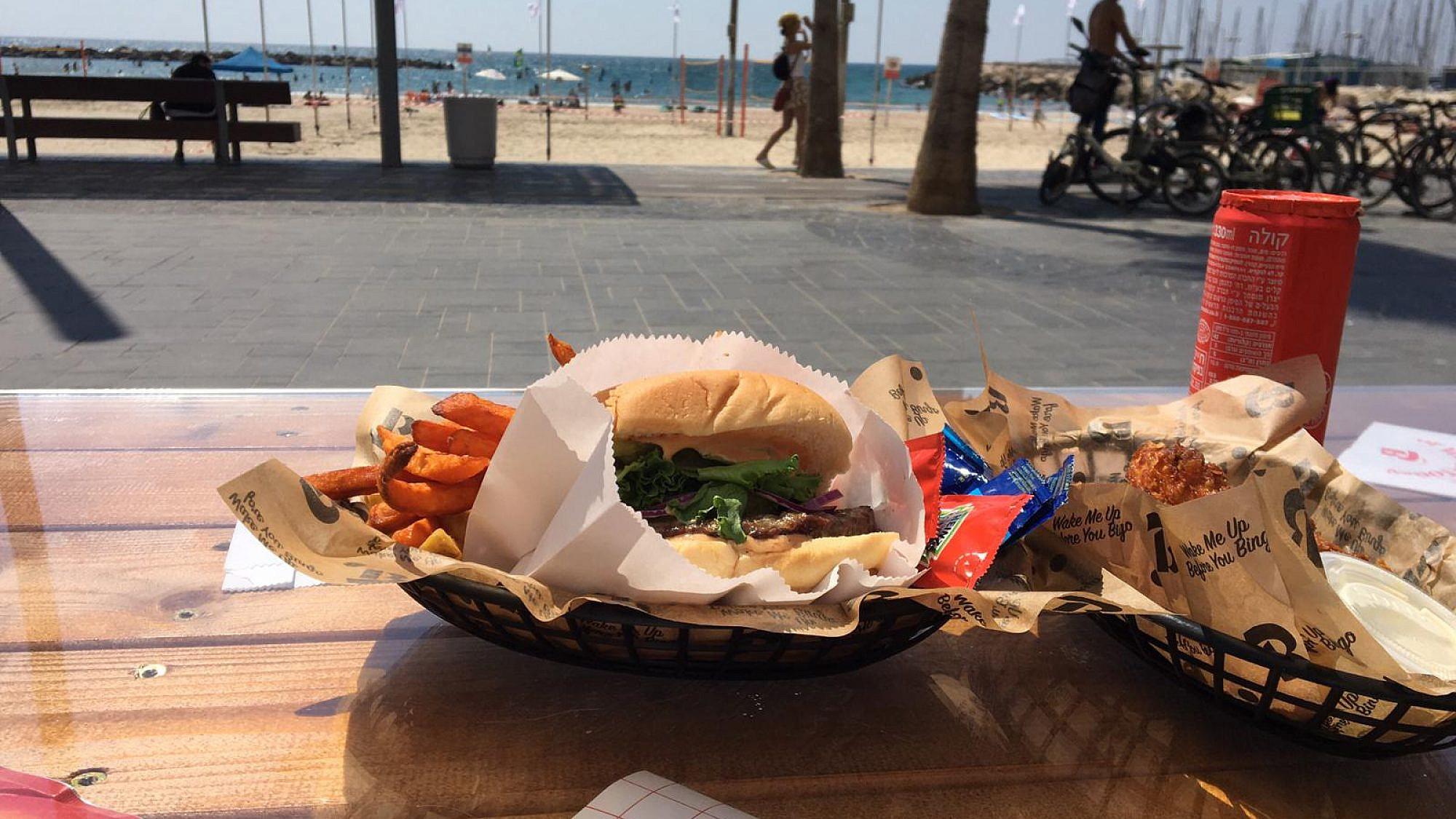 אוכל אמריקאי מושלם על החוף. בינגו (צילום: מתן שרון)