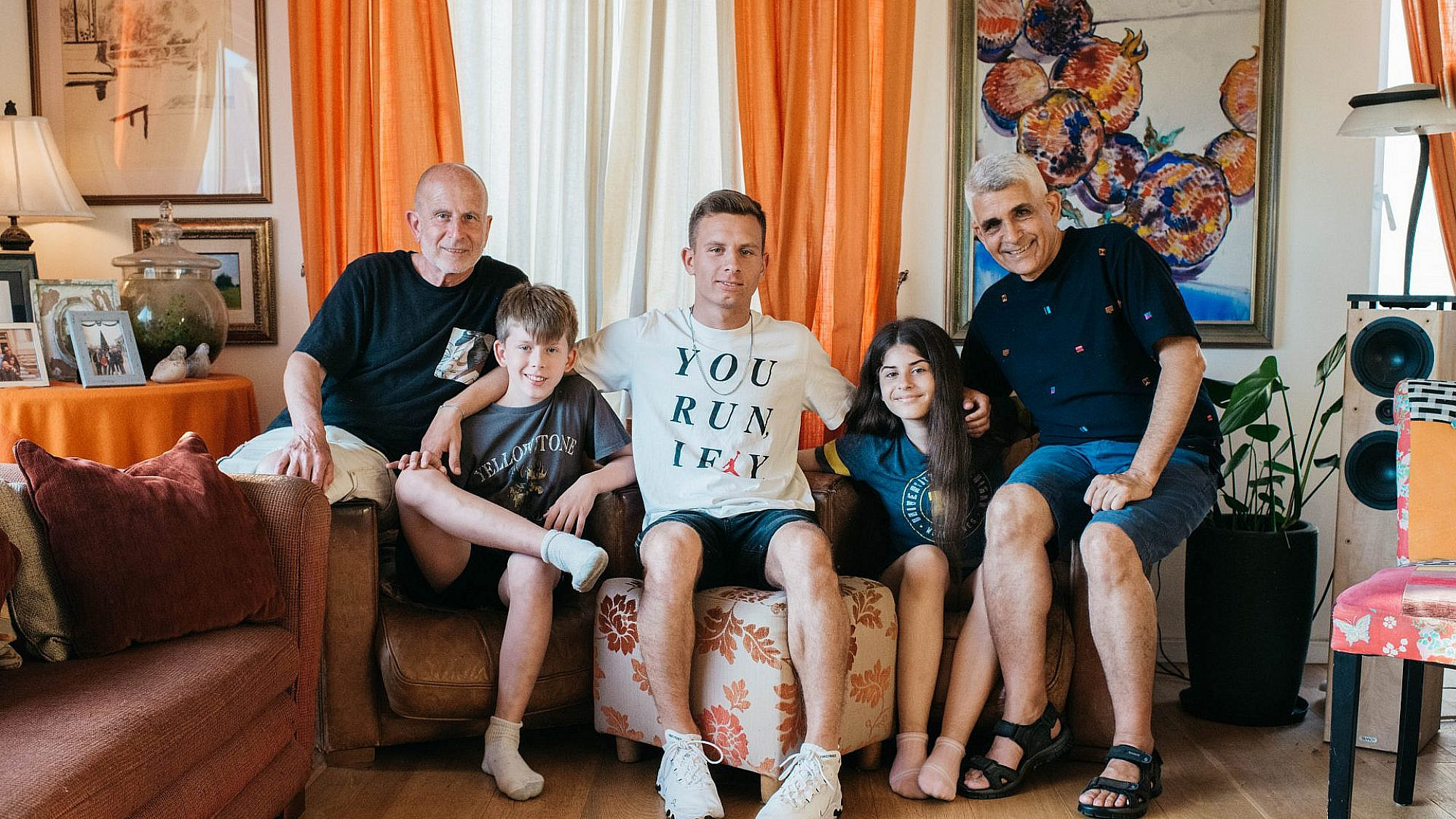 משפחת גרינפילד-כספי בסלון ביתה ברוטשילד (צילום: אור עדני)