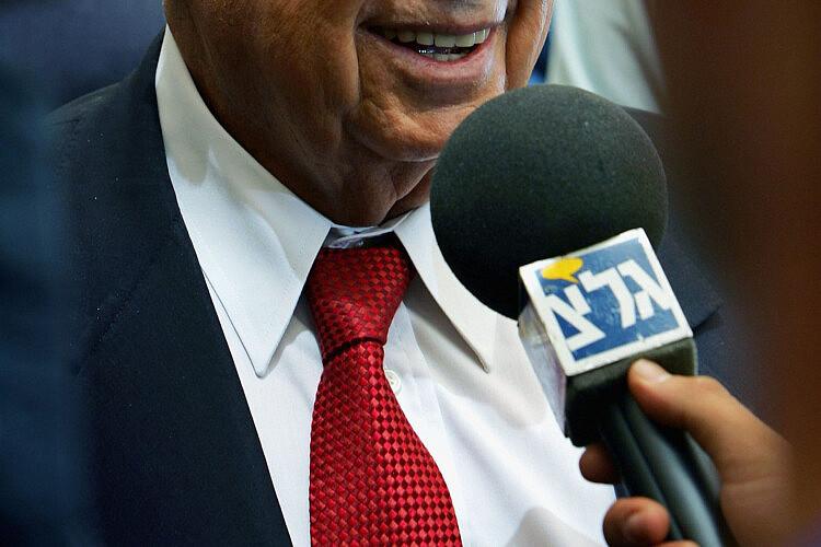 """מיקרופון ופוליטיקאי. גלי צה""""ל (צילום: דיוויד סילברמן\גטי אימג'ס)"""