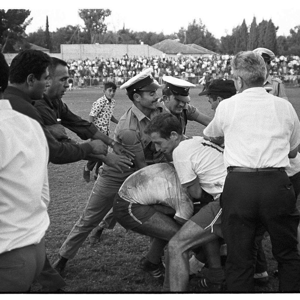 """מהומות במהלך משחק של שמשון ת""""א, הקבוצה שייצגה שת השכונה. צילום: דוד רובינגר"""