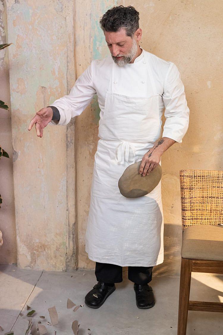 אסף גרניט עושה יאסו עם אחת הצלחות בבית חובת הלבבות. צילום: אלברט ללמאייב