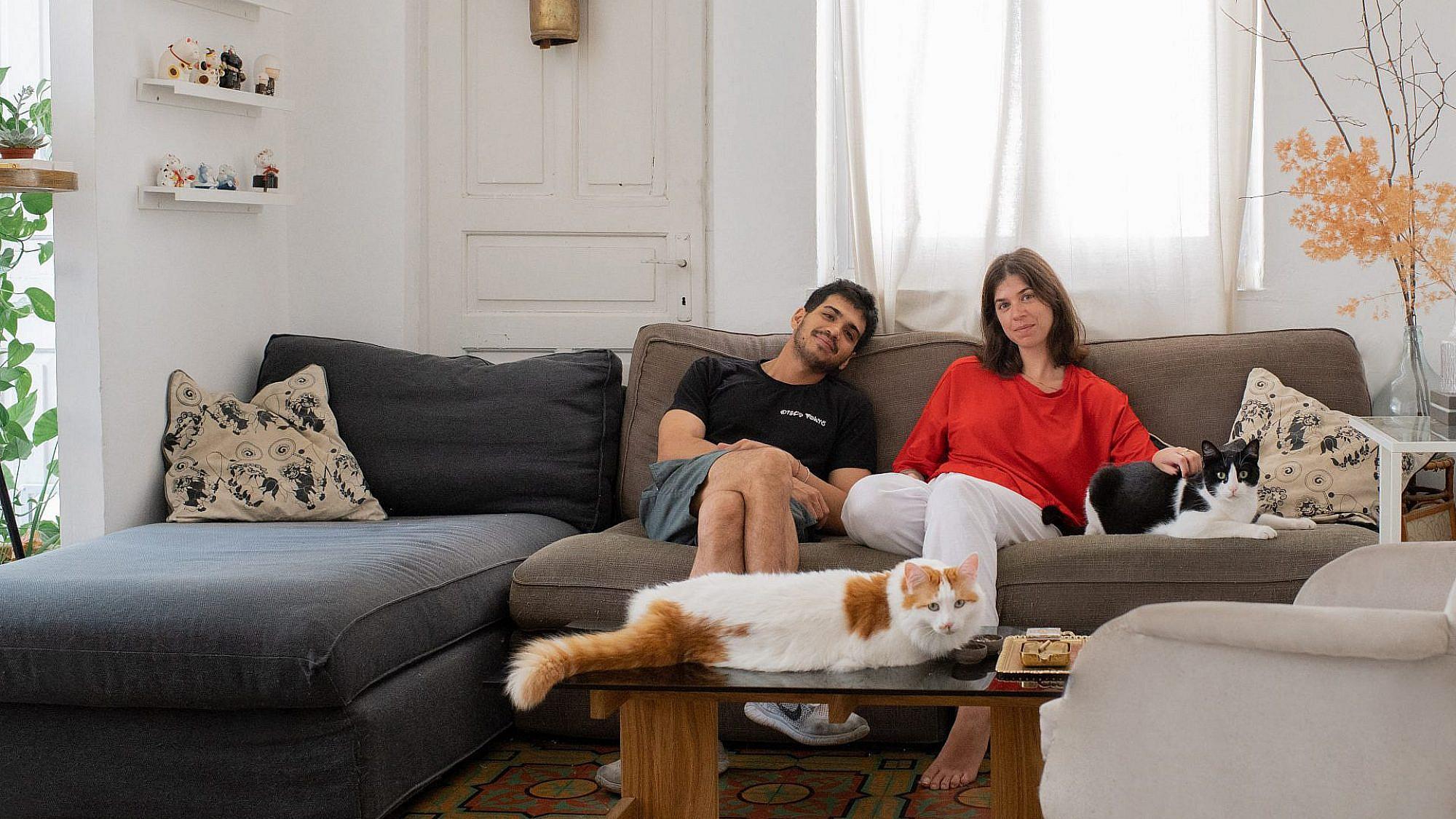 טויו, מיסו, אור ויון בפורטרט משפחתי בסלון (צילום: אור עדני)