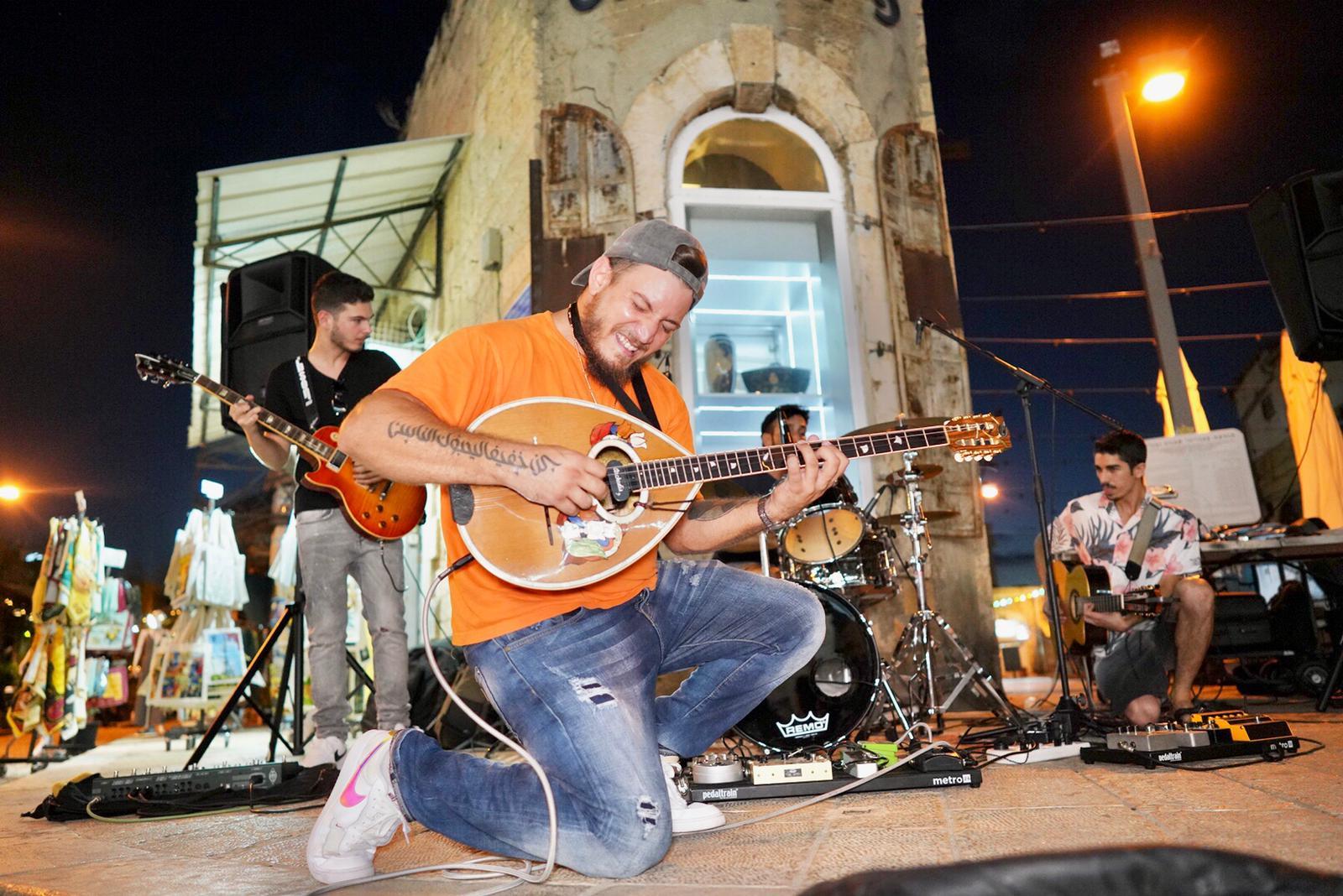 טי נה ניי ניי. הופעות רחוב בשוק היווני (צילום: אילן ספרא)