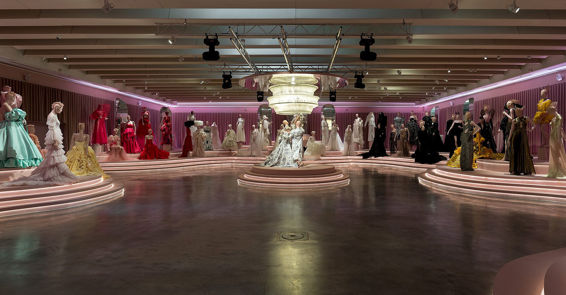 תערוכת הנשף במוזיאון העיצוב חולון. כפיים, אבל כזה בנימוס. צילום: אלעד שריג