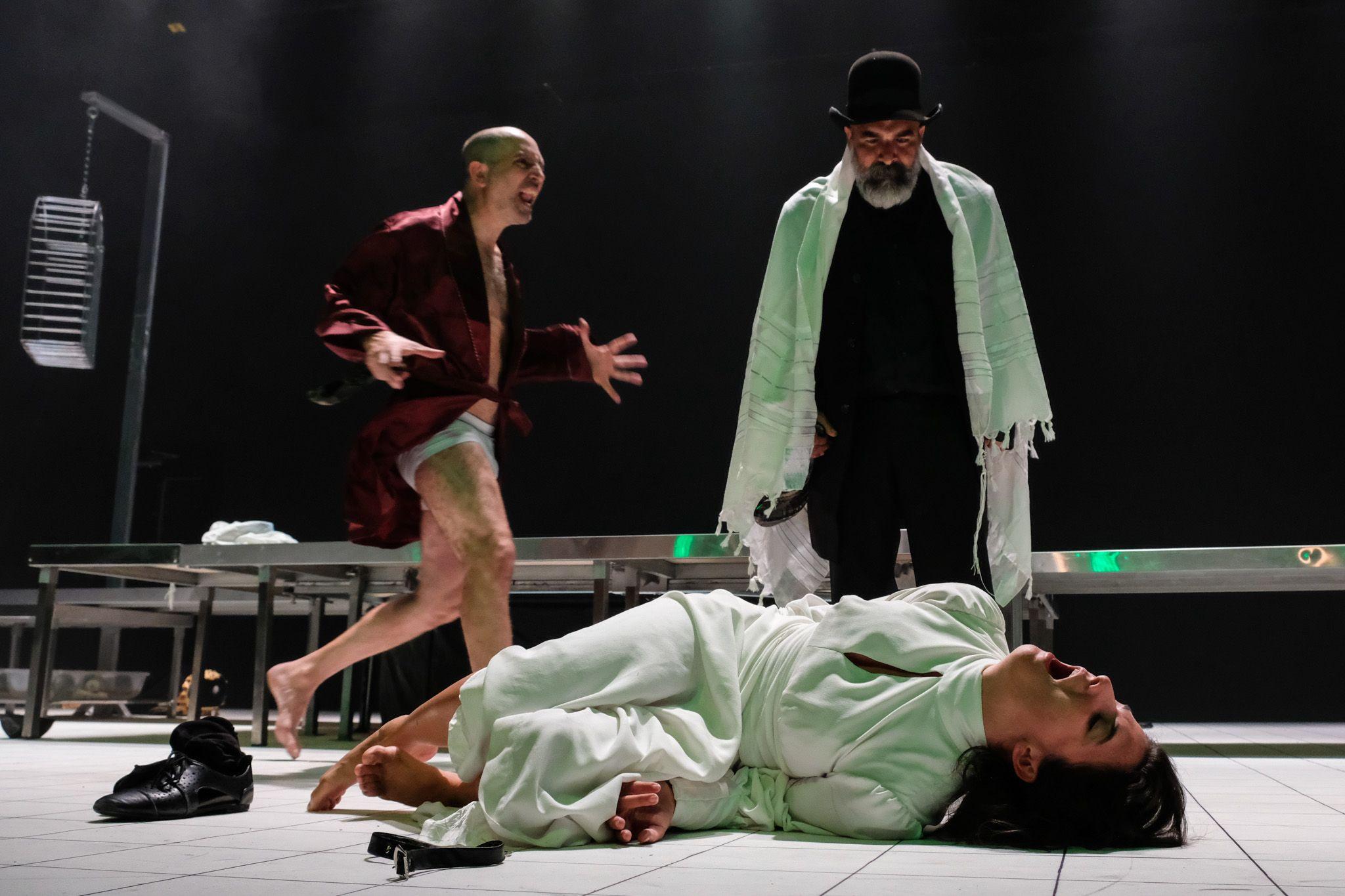 """מתוך """"הדיבוק – גרסת הבמאי"""", קבוצת התיאטרון סמרטוט (צילום: אורי רובינשטיין)"""