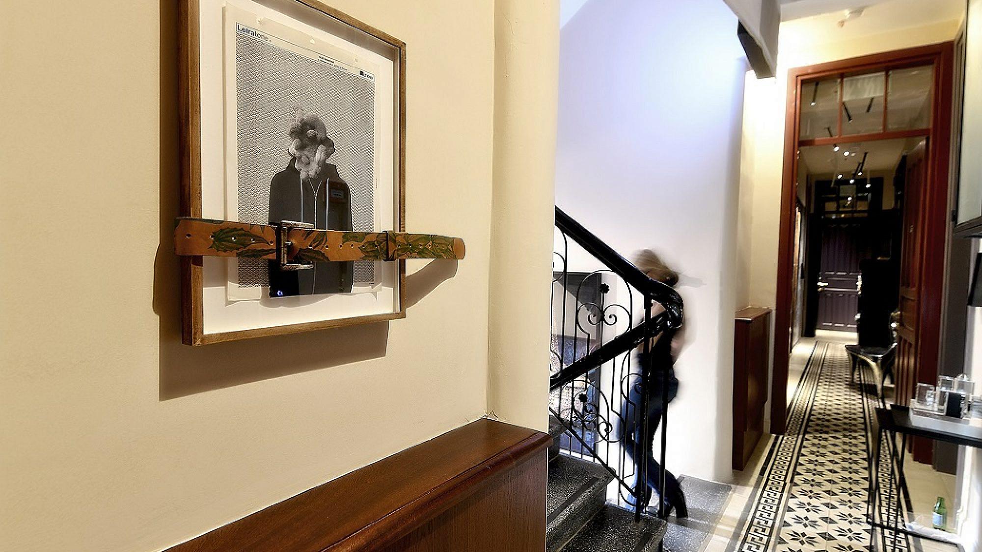 מלון אסמבלאז' | צילום רן בירן, על עבודת האמנות: מיטל כץ