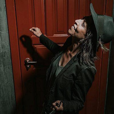 אסי לוי (צילום: מיקה גורוביץ | ע. צלמת: אמבר אופיר, גל בומנדיל | צולם במלון בוטיק אסמבלאז')