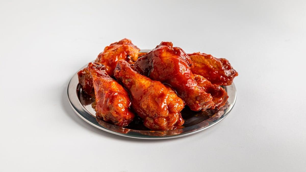 רוטב אדום חריף זה כל מה שכנפיים צריכות. ומיונז גבינה כחולה גם. ווינגהאב (צילום: יחסי ציבור)