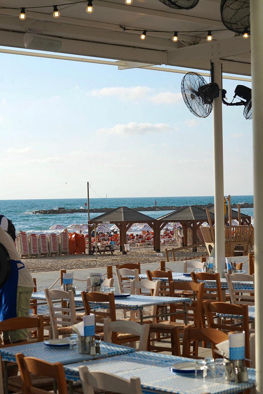 מיקונוס? לא, חוף פרישמן. גרקו ביץ' (צילום: אורי עשת)